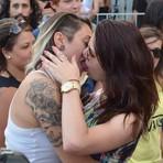 Grupo faz 'beijaço' em bar que teria expulsado casal por beijo gay