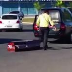 Caixão cai de carro funerário no meio de avenida em Goiânia; veja vídeo