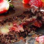 Receita de bolo de chocolate com recheio de beijinho e morangos