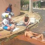 Em protesto, moradores tomam banho em vazamento de água em São Carlos (SP)