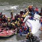 Avião se choca com ponte, cai em rio em Taiwan e mata 25; veja vídeo