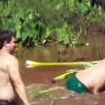 Vídeos - Criança e homem sugados por um bueiro