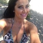 Helen Ganzarolli mostra boa forma aos 35 anos