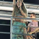 Claudia Leitte ousa e aparece com cabelão, barriguinha de fora e decote generoso durante Carnaval