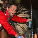 Celebridades - Susto! Alexandre Nero cai de carro durante desfile