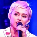 "Celebridades - Miley Cyrus se Apresenta no Especial de 40 Anos do Programa ""Saturday Night Live"""