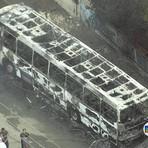 Ônibus bate no Rio de Janeiro, pega fogo e mata 8 pessoas