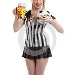Mulher também gosta de cerveja gelada e futebol