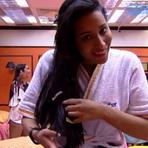 Após noite quente, Talita aparece com pacote de preservativo no cabelo