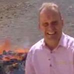 Repórter da BBC fica alucinado durante queima de drogas.