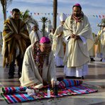 Consagração do novo Bispo católico no Chile: Em tapete altar no chão, com oferendas a divindades pagãs