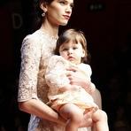 Modelos Grávidas e Crianças Desfilam para a Grife Dolce & Gabbana