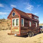 Casal larga seus empregos, constrói casa compacta sobre rodas e vivem viajando