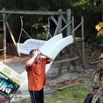 Pai destrói a coleção de games do filho com o cortador de grama