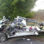 Acidente gravissimo entre uma carreta e uma van deixa 7 mortos em Oliveira