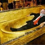 Pastor Edir Macedo mostra foto de sua banheira de ouro, onde ele diz que conversa com Deus