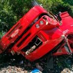 Caminhão capota e motorista fica ferido na Bahia; carga é saqueada