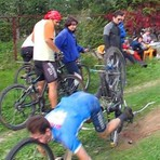 Bicicleteiro cheirando pneu.