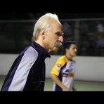 Fantástico vovô aos 68 anos mostra como se joga futebol