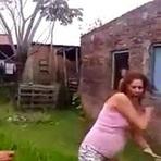 Vídeo: Mulher joga água fervendo em vizinha grávida durante discussão