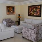 Sala de estar decorada com poltronas