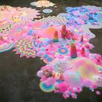 Doces coloridos formam instalações de arte surreais
