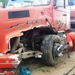 Acidente entre moto e caminhão deixa dois mortos na BR-222