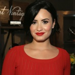 Celebridades - Demi Lovato Comemora Três Anos Longe do Álcool e das Drogas e Elogia Namorado