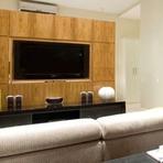 Sala decorada com madeira na parede