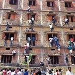 Pais escalam prédio de escola na Índia para passar cola para os filhos