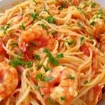 Veja como preparar um delicioso macarrão ao molho de camarão
