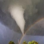 Veja o encontro de um tornado e um arco-íris registrado por um caçador de tempestadeVeja o encontro de um tornado e um a