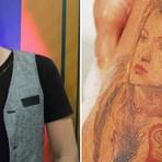 Após dez anos, Latino apaga tatuagem de Kelly Key; confira!