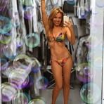 Celebridades - Aos 43 anos, Thalia arrasa de biquíni e mostra cinturinha