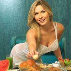 Veja Fotos! Renatinha sensualiza com frutas ao posar de babydoll