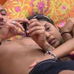 Sem edredom, Amanda coloca mão dentro da cueca de Fernando