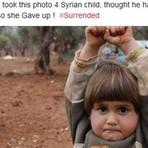 Menina síria se rende ao confundir câmera fotográfica com arma