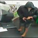 Ladrão se atrapalha e atira na própria mão durante assalto