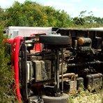 Caminhão tomba na BA-381 em Cansanção após motorista ser atacado por marimbondo
