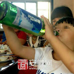 Criança alcoólatra com apenas 2 anos de idade gera revolta na internet