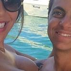 Thammy Miranda aparece sem camisa com a namorada que exibe corpão