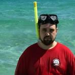 Homem é forçado a sair de férias sem a esposa e fotos da viagem 'infeliz' fazem sucesso