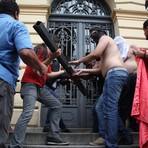 Sem acordo, professores mantêm greve e grupo tenta invadir secretaria