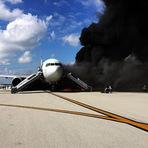 Avião pega fogo antes de decolar