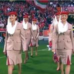 Show de comissárias da Emirates em estádio lotado