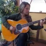Porque não consigo tocar violão e cantar ao mesmo tempo as músicas?