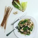 ... saboroso prato é diversão garantida para você e sua família: Experimente a salada de macarrão com cogumelos frescos.