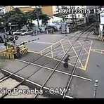 Trem por pouco atropela idoso em Barra do Pirai no RJ (assista o vídeo)