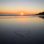 Souleye mostra um coração na praia