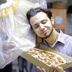 Homem Russo se casa com uma pizza